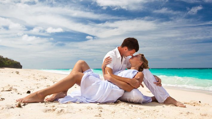 Love-romance-kiss-summer-sea-beach-Romantic-couple-HD-Wallpapers-for-Mobile-phones-Tablet-and-PC-1920x1200-710x400